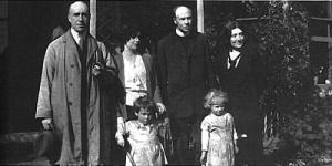 Harry Price junto a la familia Foyster